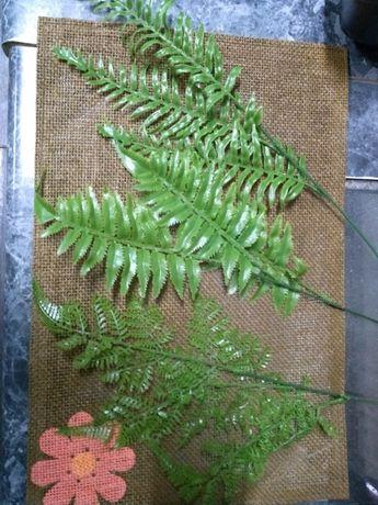 Liście paproci gumowe, sztuczne kwiaty