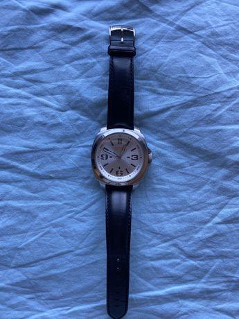 Relógio preto e prateado