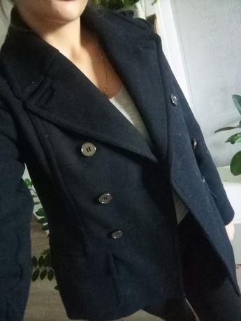 Elegancki krótki płaszczyk damski