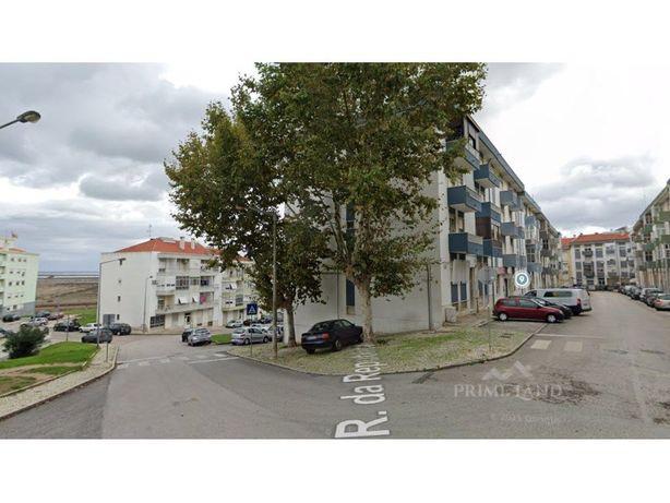 Apartamento T3 em remodelações, Rua General Humberto Delg...