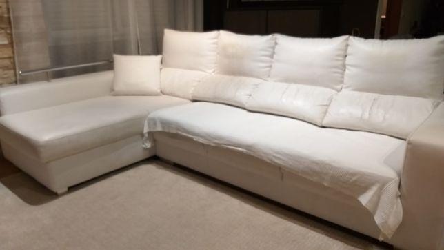 Sofá branco com 3 lugares mais chaise longue.