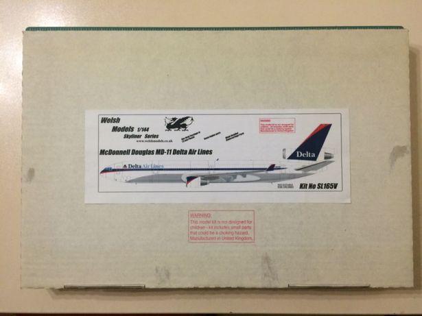 Продам масштабную модель самолета MD-11