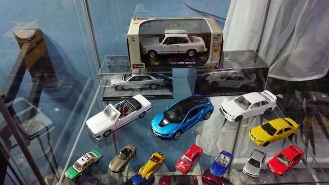 Kolekcja BMW 36 autek szklana witryna