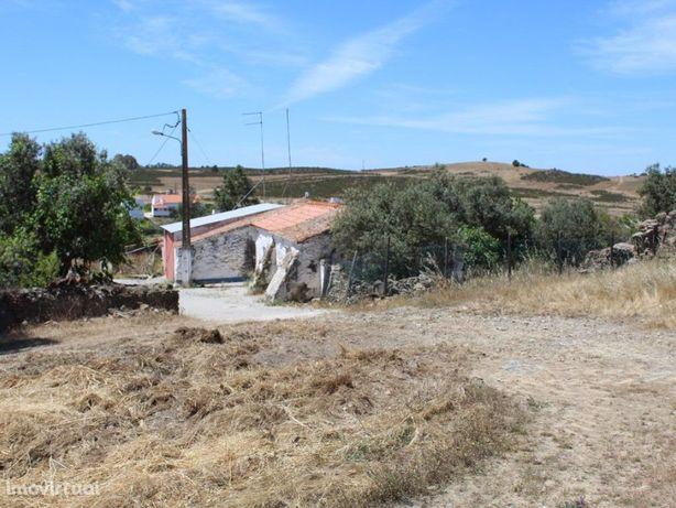 Moradia V2 com quintal em aldeia típica perto de Mértola