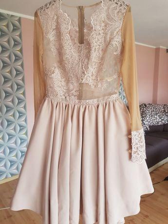 Suknia z tiulem  pod spodem.
