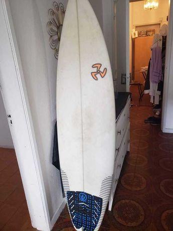 Prancha 5,11 e fato de surf