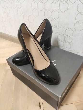 Лаковые черные туфли