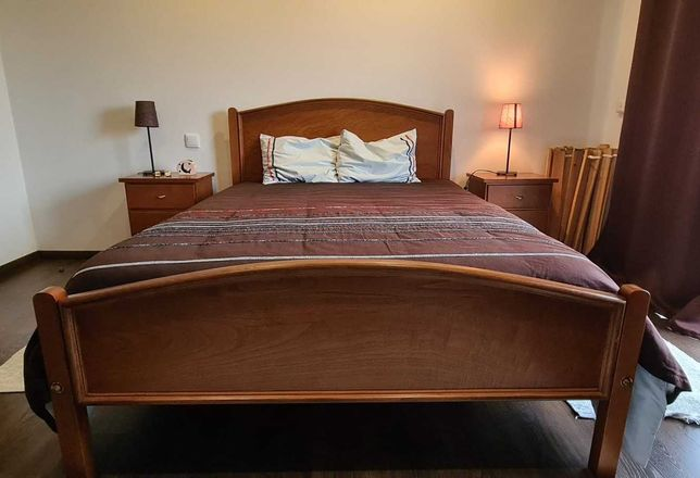 Vendo Mobília de Quarto de Casal - Cama, colchão e mesas de cabeceira