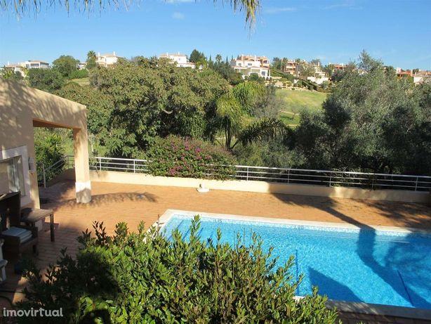 aluga-se ao ano, moradia c/ jardim e piscina privada prox de carvoeiro