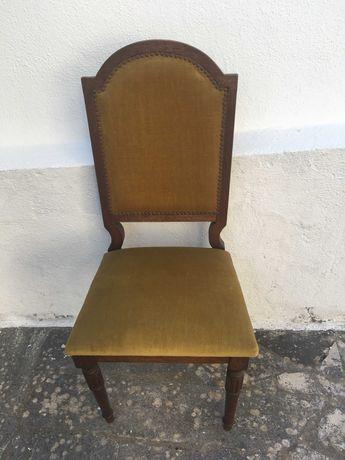 Várias Cadeiras em madeira,todas diferentes