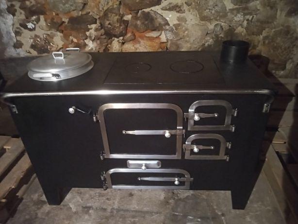 Vendo fogão de lenha rústico em ferro ,com panela grande forno e estuf