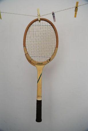 Raquete de ténis antiga de madeira