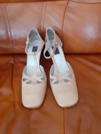 Buty firmy COX z mięciutkiej beżowej skórki 40