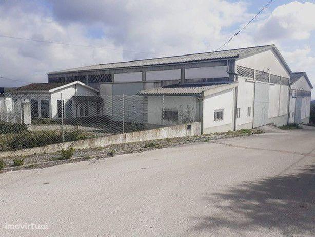 Arrendamento armazém em Fátima com espaço exterior