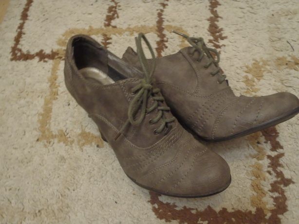 sznurowane botki na obcasie