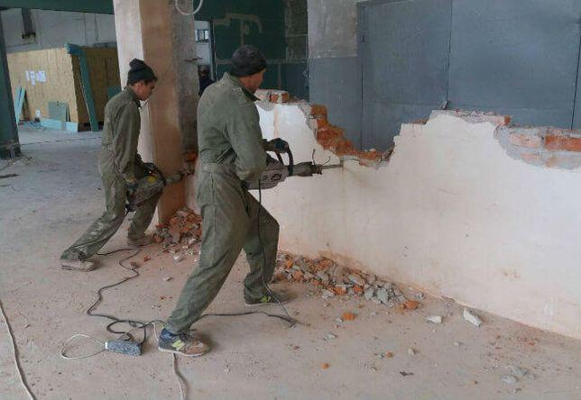 Демонтаж кафеля стен полов сантехкабин Вывоз строительного мусора