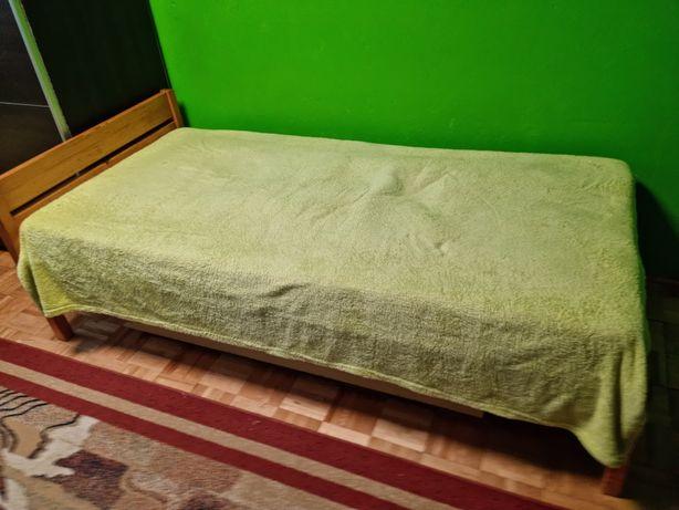 Drewniane łóżko z szufladą i materacem