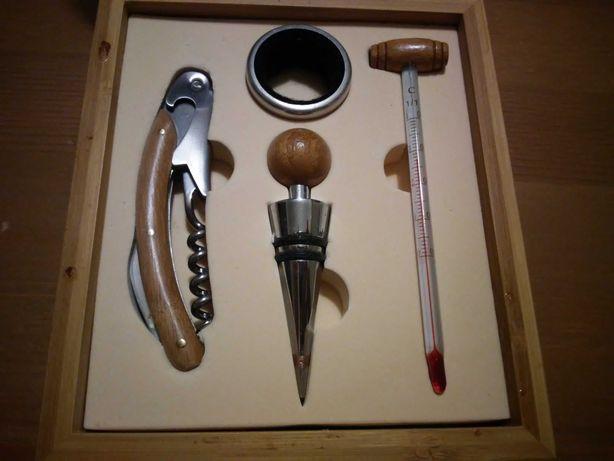 zestaw akcesoriów do wina w pudełku drewnianym