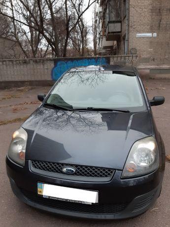 Автомобиль Ford Fiesta в хорошем состоянии