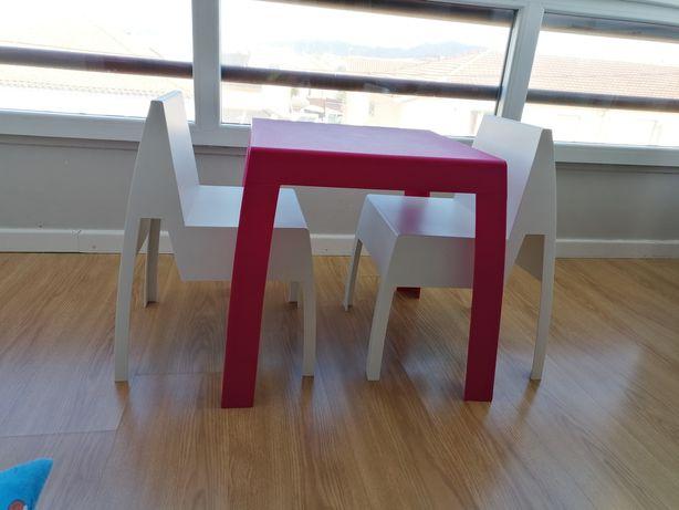 Mesa e cadeiras de resina crianças