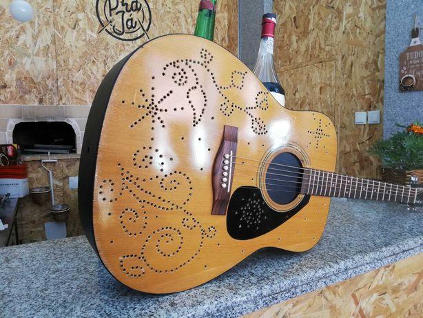 Mini garrafeira Guitarra Yamaha acústica com iluminação
