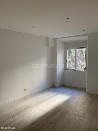 Apartamento T2 remodelado para arrendar em Alcântara