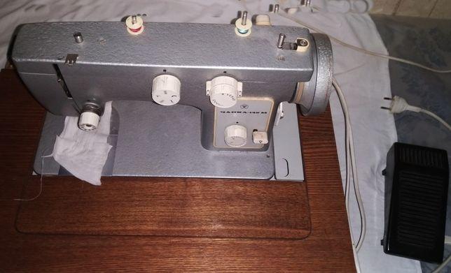 """Продам бытовую швейную машинку с эл.приводом """"Чайка 142 М"""""""