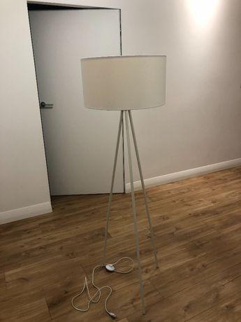 Lampa stojąca biała