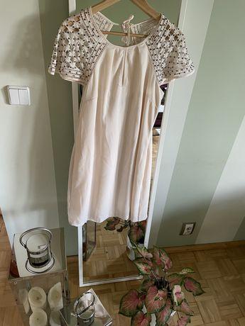 Pudrowa sukienka ze zdobieniami na rekawkach