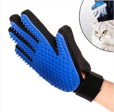 Перчатка для вычесывания шерсти с домашних животных True Touch