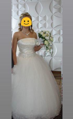 Весільне плаття, колір айворі.