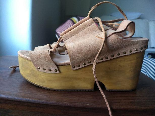 Sandálias Bershka em pele e salto em madeira