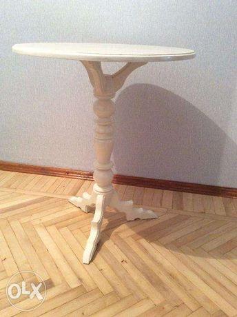 Белый деревянный столик для свадебной фотосессии