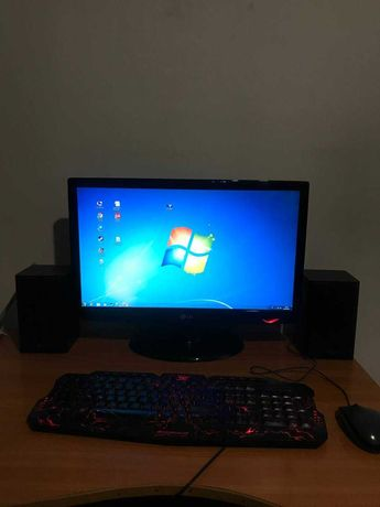 Компьютер в комплекте с монитором, клавиатурой, мышкой и колонками