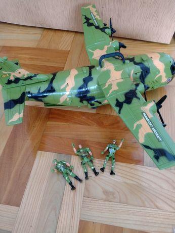 Bardzo duży samolot z 3 żołnierzami Super zabawka Stan idealny