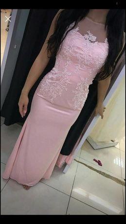 Dluga sukienka pudrowy roz piekna zdobiona