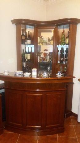 Bar em madeira de cerejeira com 2 bancos em couro de cor verde