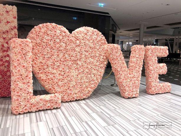 Fotel Paw. Napis ślubny Love, napis kwiatowy Love, kwiatowe serce.