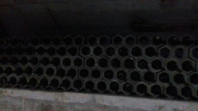 Garrafeira em cimento com garrafas