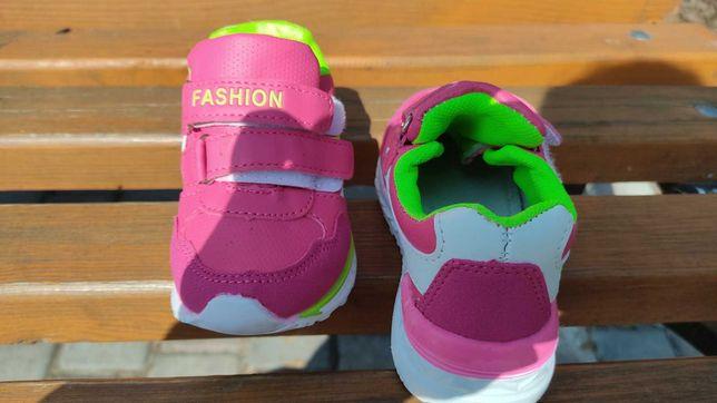 Продам нові кросівки для дівчинки.
