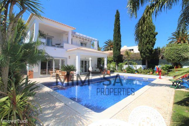 Moradia T2+1 com piscina aquecida e lindo jardim na Praia da Luz