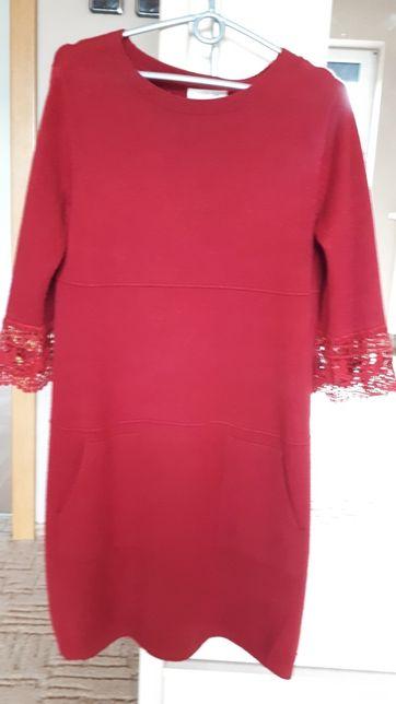 Sukienka z koronkowymi rękawami
