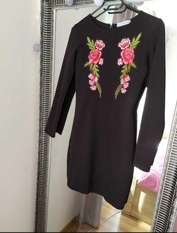 Czarna sukienka z wyszytymi ozdobnymi elementami - Cinamoon