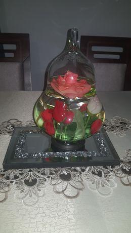 Dekoracja szklanna kula z wodą i kwiatami