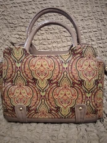 сумочка стильна,лакована ,нова