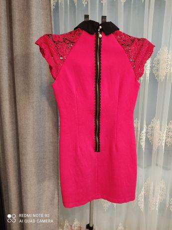 Жіноче плаття з мереживними рукавами