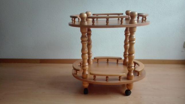 Drewniany stolik-barek.