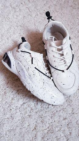 Кросівки на дівчину