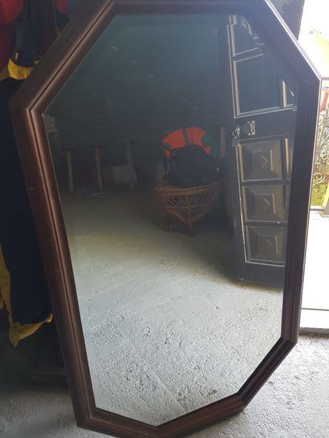 Espelho grande com moldura em madeira maciça