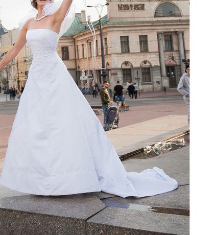 Klasyczna suknia ślubna dla wysokiej dziewczyny